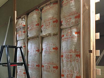 断熱材を敷き詰めた壁