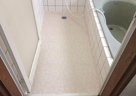 割れたタイル床を快適な床にチェンジ!